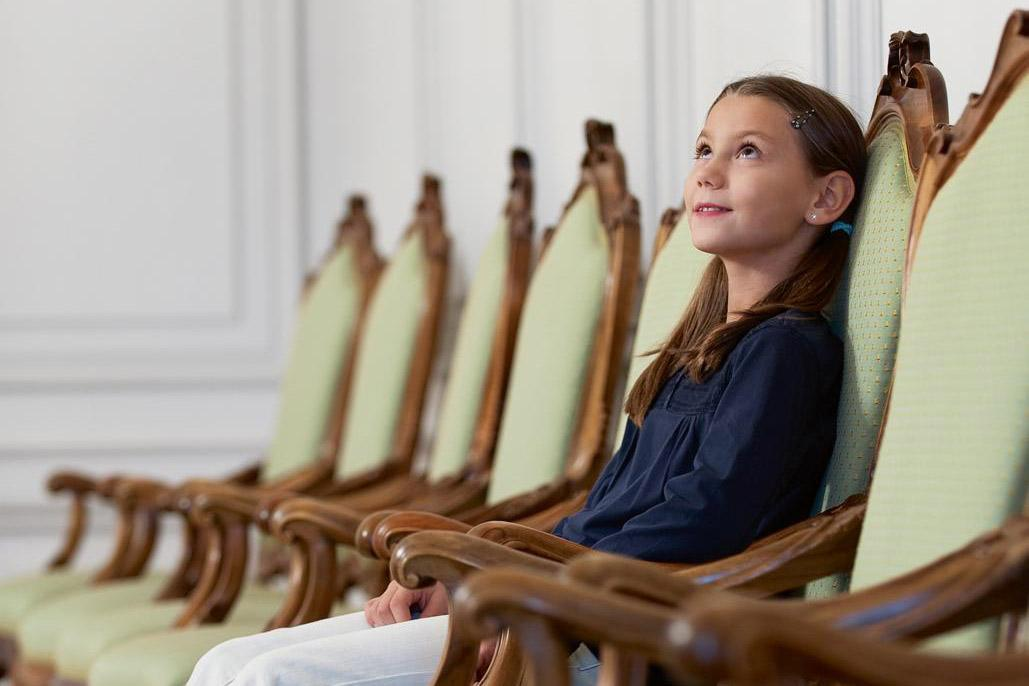 Stuhlreihe im Schloss