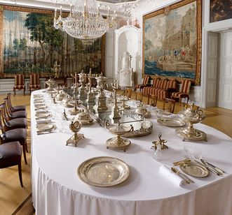 First antechamber of the imperial apartment with the royal silver of Baden at Mannheim Palace. Image: Staatliche Schlösser und Gärten Baden-Württemberg, Christoph Hermann