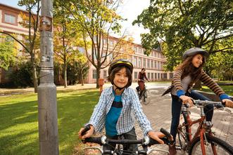 Barockschloss Mannheim, junge Radfahrer vor dem Schloss