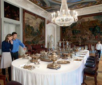 Besucher vor badischem Tafelsilber im Schloss Mannheim;  Foto: Staatliche Schlösser und Gärten Baden-Württemberg, Niels Schubert
