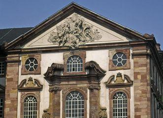 Fassade der Schlosskapelle von Schloss Mannheim mit Giebelrelief von Paul Egell, 1728