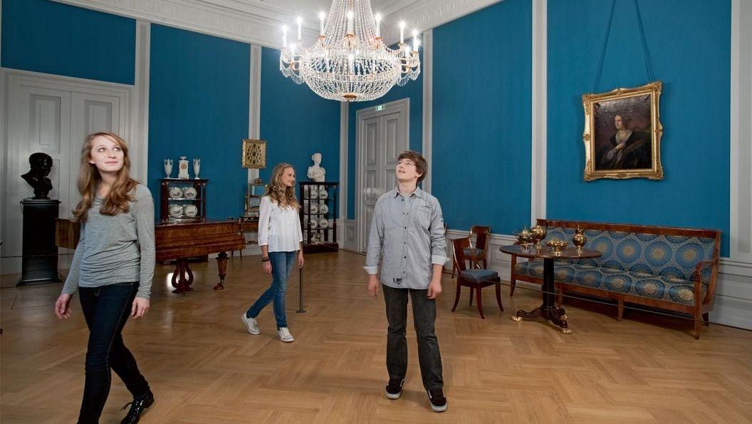 Besucher im Musikzimmer von Schloss Mannheim