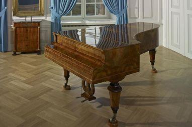 Konzertflügel im Musikzimmer von Schloss Mannheim; Foto: Staatliche Schlösser und Gärten Baden-Württemberg, Arnim Weischer