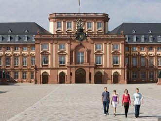 Visitors in front of Mannheim Baroque Palace. Image: Staatliche Schlösser und Gärten Baden-Württemberg, Christoph Hermann