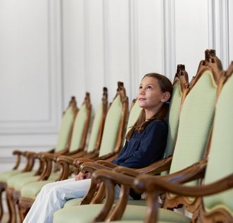 Stuhlreihe im Schloss; Foto: Staatliche Schlösser und Gärten Baden-Württemberg, Niels Schubert