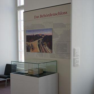 """Barockschloss Mannheim, Vitrine im Ausstellungsbereich """"Das Schloss durch die Jahrhunderte"""""""